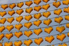 在心脏形状的黄色灯在蓝天,在晚上 免版税库存图片