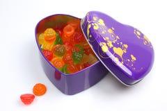 在心脏形状箱子的五颜六色的糖果 免版税库存照片