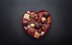 在心脏形状箱子的巧克力果仁糖 图库摄影