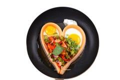 在心脏样式的香肠乳酪用辣四棱豆沙拉 免版税库存图片