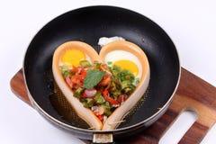 在心脏样式的香肠乳酪用辣四棱豆沙拉 免版税图库摄影