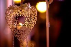 在心脏框架的垂悬的蜡烛光 图库摄影