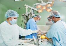 在心脏病手术操作的外科医生队 免版税图库摄影