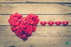 在心脏的形状的小心脏在木头的华伦泰的 库存照片