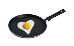 在心脏的形状的煎蛋 库存图片