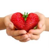 在心脏的形状的草莓 库存图片