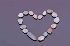 在心脏的形状计划的小海小卵石 免版税图库摄影