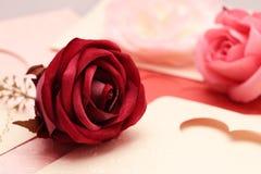 在心脏的贺卡样式的玫瑰华伦泰的和可爱 库存图片