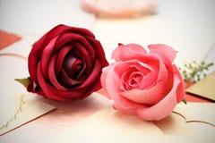 在心脏的贺卡样式的玫瑰华伦泰的和可爱 免版税库存照片