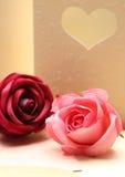 在心脏的贺卡样式的玫瑰华伦泰的和可爱 免版税库存图片