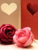 在心脏的贺卡样式的玫瑰华伦泰的和可爱 库存照片