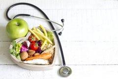 在心脏饮食摘要概念的健康食物 免版税图库摄影