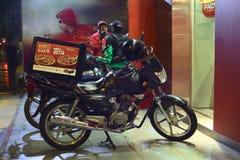 在必胜客交付前面的交付摩托车在利马,秘鲁 库存图片