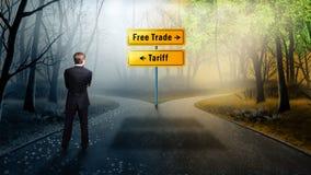 在必须的交叉路的商人身分决定在'自由贸易'和'关税之间' 免版税库存图片