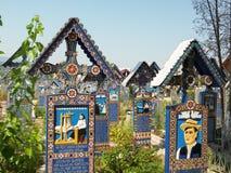 在快活的公墓的十字架 免版税库存图片