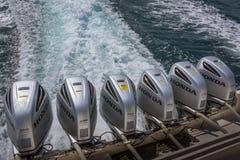 在快艇的船尾的六台外置马达 库存图片