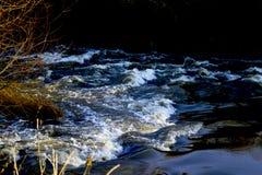 在快速流动的河唐的微型急流 库存照片