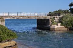 在快速流动的海的具体桥梁 免版税库存照片