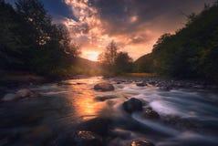 在快速的山河的日出 库存照片