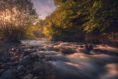 在快速的山河的日出 免版税库存照片