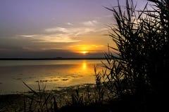 在快门柔滑的慢速日落的美丽的被获取的湖使用水 免版税图库摄影