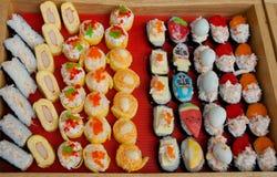 在快餐显示的套开胃菜和寿司购物 免版税库存图片