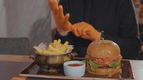 在快餐餐馆供以人员为吃汉堡和炸薯条做准备 库存照片