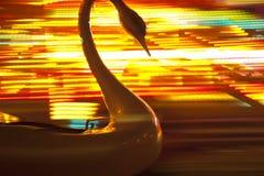 在快活的塑料天鹅去回合有被弄脏的色的背景 图库摄影