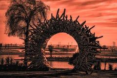 在忽略俯视的Love湖的金黄小时圆木纪念碑 免版税库存照片