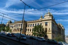在忽略此和公路交通的布拉格后国家博物馆的Legerova街道 库存图片