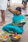 在怀孕仪式期间的妇女在Amma曼达帕姆 免版税库存照片