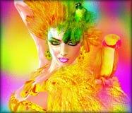 在性感的妇女的肩膀的鹦鹉与绿色和黄色羽毛 现代,抽象秀丽和时尚场面 库存图片