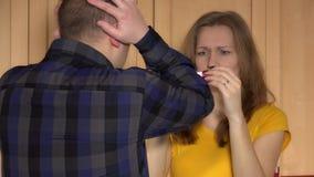 在恋人人的危机戏曲和在正面妊娠试验以后的妇女关系 股票视频