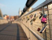在恋人桥梁的锁 免版税库存图片