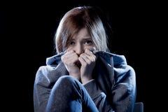 在恐惧面孔表示哀伤和惊吓的重音和痛苦遭受的消沉的少年女孩 免版税图库摄影