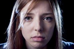 在恐惧面孔表示哀伤和惊吓的重音和痛苦遭受的消沉的少年女孩 免版税库存照片
