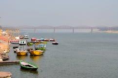 在恒河栓的小船在瓦腊纳西,印度 库存照片