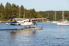 在恒河港口小游艇船坞,盐春天海岛的一架水上飞机 免版税库存照片