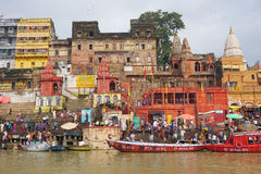 在恒河的小船在瓦腊纳西 免版税图库摄影