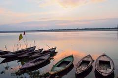 在恒河的日出在瓦腊纳西,印度 免版税库存照片