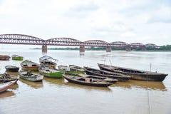 在恒河的木小船 免版税库存图片