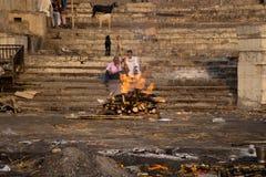 在恒河的灼烧的身体 免版税图库摄影