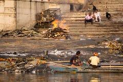 在恒河的灼烧的身体 免版税库存照片