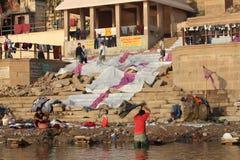 在恒河的被洗涤的衣裳在瓦腊纳西,印度 免版税库存照片