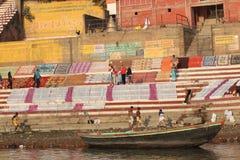 在恒河的被洗涤的衣裳在瓦腊纳西,印度 库存照片
