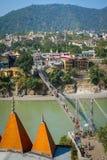 在恒河的Laxman Jhula桥梁在瑞诗凯诗 图库摄影