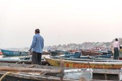 在恒河靠码头的小船在瓦腊纳西,印度 免版税库存照片