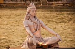 在恒河,瑞诗凯诗,印度的希瓦雕象 库存图片
