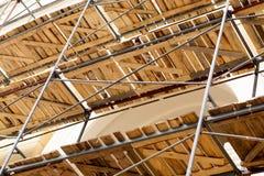 在恢复门面的工作和整修的一个历史建筑附近有木装饰的金属脚手架被修造的 Construc 图库摄影