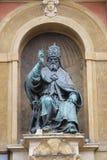 在恩佐国王宫殿的额我略十三世雕象波隆纳大广场的 库存图片